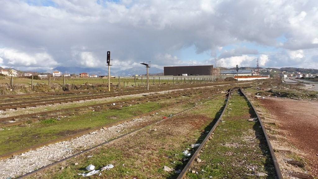 http://bode-elektronik.de/Fotos/Albanien/Vore_Bahnhof_Ausfahrt_Osten_01.JPG