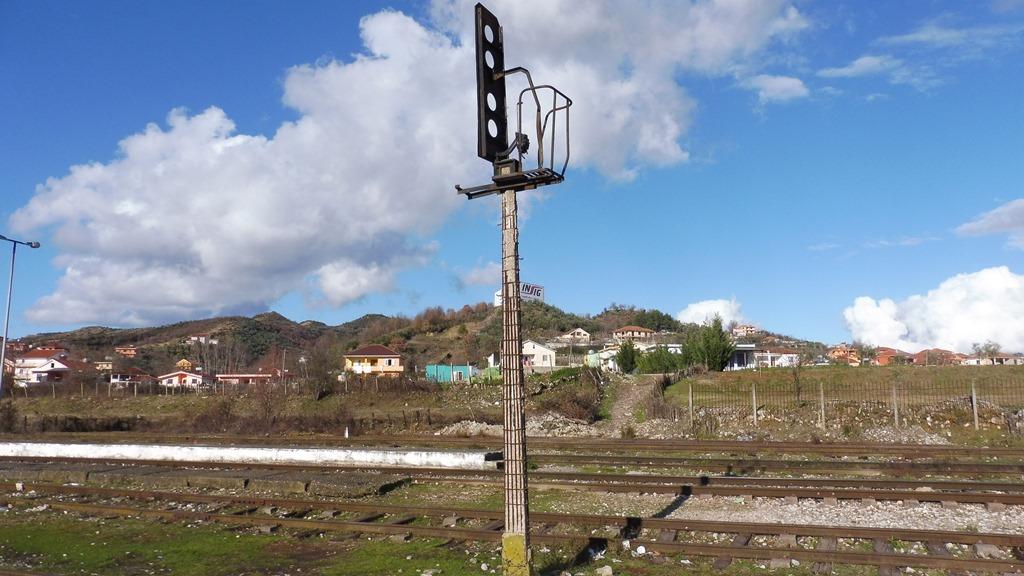 http://bode-elektronik.de/Fotos/Albanien/Vore_Bahnhof_Signal_01.JPG